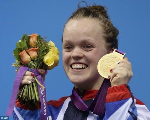 Fotografia de Ellie Simonds no pódio dos Jogos Paralímpicos de Londres, em 2012. Fonte: Daily Mail (UK)
